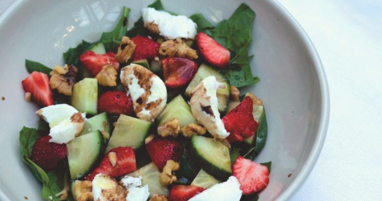 Frühlingssalat mit Erdbeeren und Mozzarella